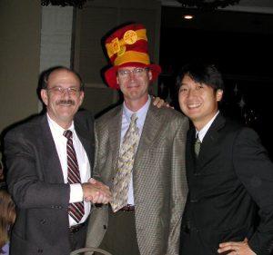 2006年当時のJester先生とBrwon先生。UCLA卒のBrown先生にとって,University of South California(USC)の帽子をかぶせられることはかなりつらいことだったようです(Jester先生はUSC卒)。